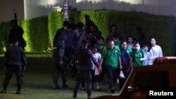 Силы безопасности Таиланда эвакуируют людей из торгового центра. Накхонратчасима, 9 февраля 2020 года.