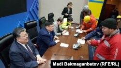 Рабочие, участвующие в строительстве комплекса «Абу-Даби Плаза», на встрече в офисе столичного филиала президентской партии «Нур Отан». Астана, 23 апреля 2018 года.