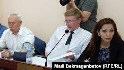 Председатель Союза журналистов Казахстана Сейтказы Матаев (слева) и его адвокаты Мадина Бакиева (справа) и Андрей Петров в суде в Астане. 23 августа 2016 года.