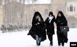 Иранские женщины идут по улице Тегерана. 4 февраля 2014 года.