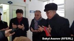Слева направо - Осмонакун Ибраимов, Омурбек Текебаев, Жолборс Жоробеков.