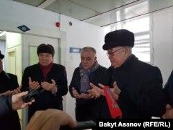 Саясатчылар Осмонакун Ибраимов, Өмүрбек Текебаев, Жолборс Жоробеков.