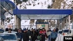 Январь 2006 года. Пограничный пункт Нижний Зарамаг на Транскавказской магистрали
