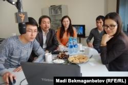 Члены жюри фотоконкурса сайта Азаттык определяют победителей. Алматинское бюро Азаттыка, 21 января 2013 года.