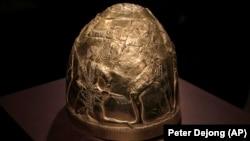 Скифский золотой шлем IV в. до н. э., один из экспонатов выставки в Амстердаме, фото 4 апреля 2014 года