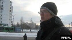 Уладзімер Рамановіч чытае вершы віцебскім дзяўчатам.