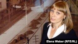 Назарбаев мұражайының экскурсия және көпшілікпен жұмыс бөлімінің меңгерушісі Ольга Шувалова. Теміртау, 17 қазан 2012 жыл.