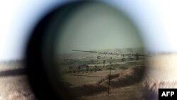 الافق عبر منظار رشاشة يحملها قناص من البيشمركه في منطقة الكوير