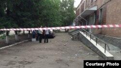 Здание милиции в селе Врадиевка огорожено после того, как его пытались взять штурмом местные жители, требовавшие справедливого рассмотрения дела об изнасиловании Ирины Крашковой. 2 июля 2013 года.
