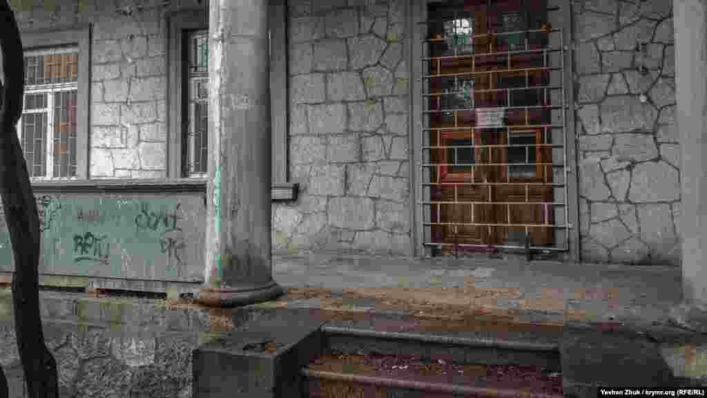 Сейчас бывший роскошный особняк ветшает и приходит в запустение. Стекла в некоторых окнах разбиты, штукатурка осыпается, краска облазит. Двери и окна закрыли сварными решетками, чтобы внутреннее убранство не повредили мародеры. Но в интернете достаточно много новых фотографий внутри здания. Особняк не охраняется, по крайне мере, в дневное время