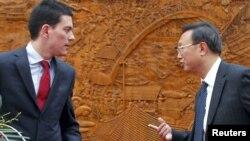 يانگ يه چى(راست) وزیر امور خارجه چین همراه با ديويد ميليبند، همتاى بريتانيايى خود