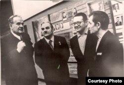 Янка Брыль, Уладзімер Карпаў (Масква), Алесь Адамовіч і Дзьмітры Кавалёў. 1976 г. З фондаў БДАМЛМ
