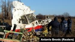 Уламки літака на місці його збиття готують до перевезення до Нідерландів, окупована частина Донеччини біля села Грабового, фото 20 листопада 2014 року