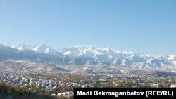 Вид на Алматы с горы Коктобе.