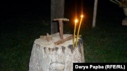 Поздно вечером, когда пища уже готова, весь род собирается в святилище и зажигает свечи