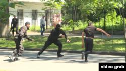 Полиция Алматыдағы Республика алаңына жақын маңда жүрген адамды ұстауға тырысып жатыр. Алматы, 21 мамыр 2016 жыл.