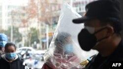 În Wuhan, oamenii poartă măști de protecție și chiar pungi de plastic când ies din casă.