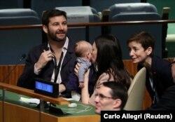 Премьер Новой Зеландии Джасинда Ардерн целует своего ребенка во время сессии Генеральной Ассамблеи ООН.