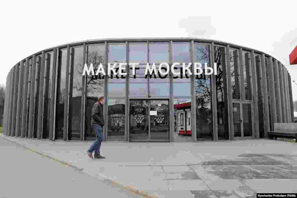 Павильон, в котором находится город в миниатюре. Вход на организованную государством выставку бесплатный. Российские СМИ не сообщили о стоимости реконструкции.