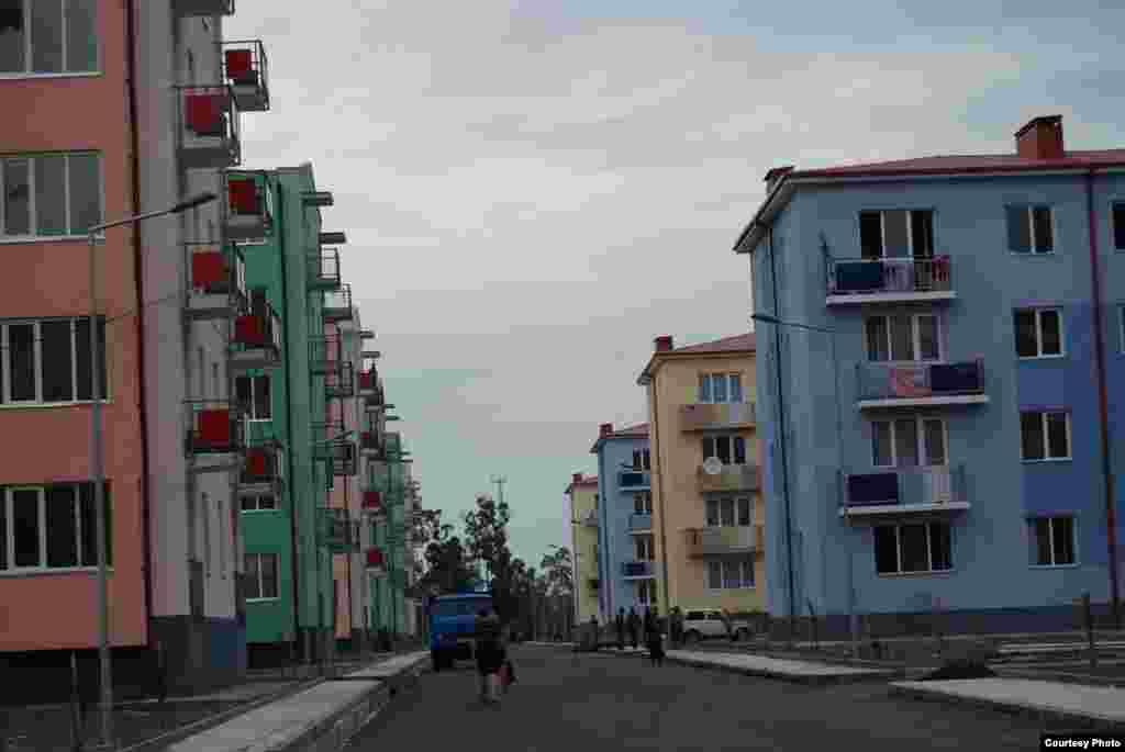 Разноцветные четырех- и пятиэтажки аккуратно уместились в городском районе