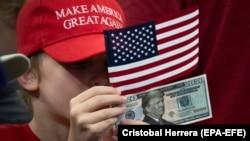 20-долларовая бумажка '2020' с изображением Дональда Трампа во время объявления о том, что нынешний президент будет переизбираться, 18 июня 2019 года, Орландо, Флорида.