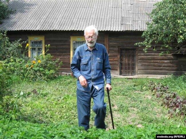 Мікола Аўрамчык каля роднай хаты ў вёсцы Плёсы на Бабруйшчыне