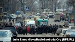 Працівники приладобудівного заводу перекрили дорогу на знак протесту проти невиплати їм заробітної плати, Харків, 21 березня 2011 року