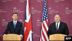 مایک پومپئو (راست) وزیر خارجه آمریکا همراه با جرمی هانت، همتای بریتانیاییاش