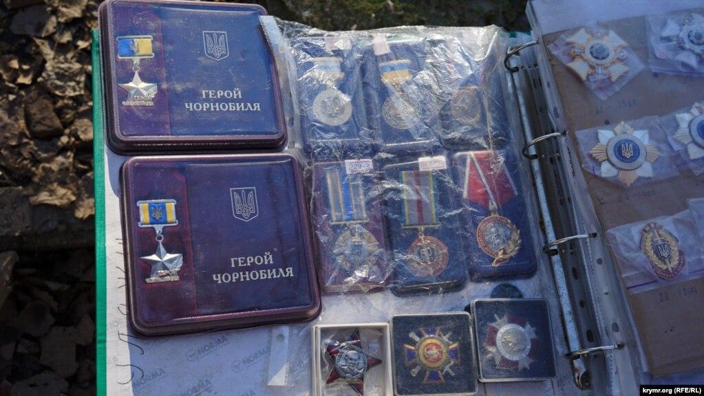 За ведомственные награды Украины на книжном рынке просят от 300 до 1500 рублей (140-650 гривен). Милицейских медалей и орденов больше всего. Похоже, крымские правоохранители спешат избавиться от украинского прошлого