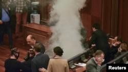 Një nga seancat me gaz lotsjellës në Kuvendin e Kosovës, 26 shkurt 2016