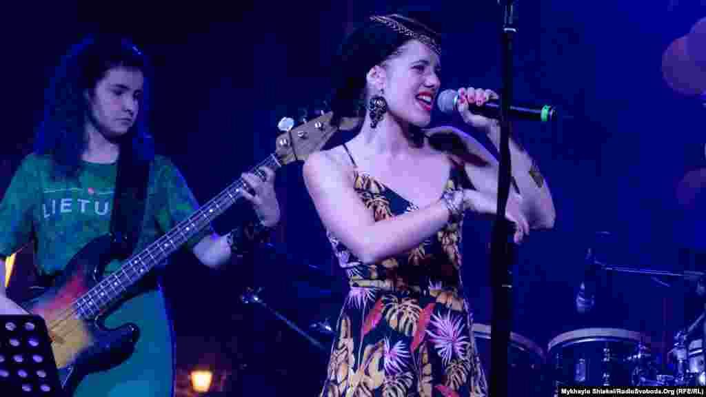 Зробила вечір більш енергійним і додала танцювального настрою іспанська співачка з Каталонії Сандра Карілла