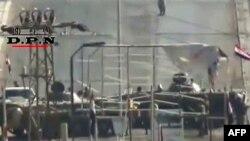 تانکهای مستقر در شرق شهر دیرالزور. ۷ اوت ۲۰۱۱.