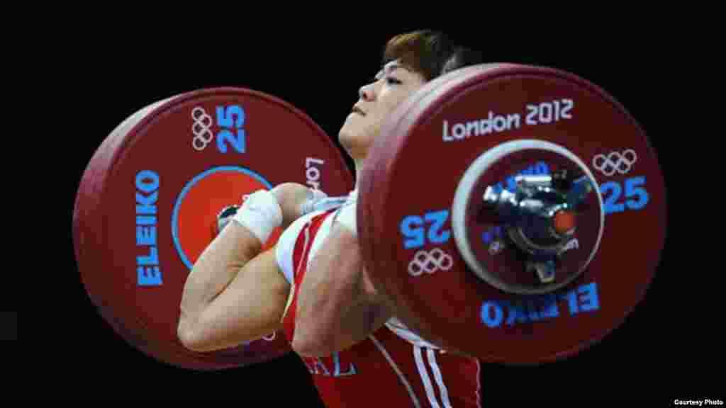 Қазақстандық ауыр атлет Мая Манеза Лондон олимпиадасында алтын медаль алды. 31 шілде. 2012 жыл. Сурет олимпиада ойындарының ресми сайтынан алынды.