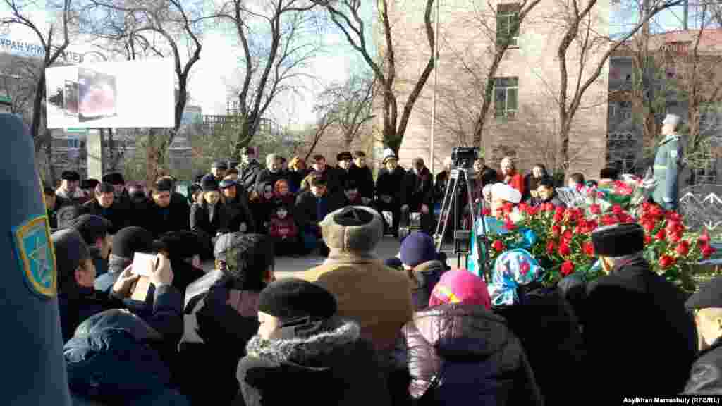 Поминальная молитва в память о жертвах Декабрьских событий 1986 года в Алматы.