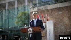 John Kerry la o conferință de presă despre negocierile privind programul nuclear iranian, Viena, 5 iulie 2015.