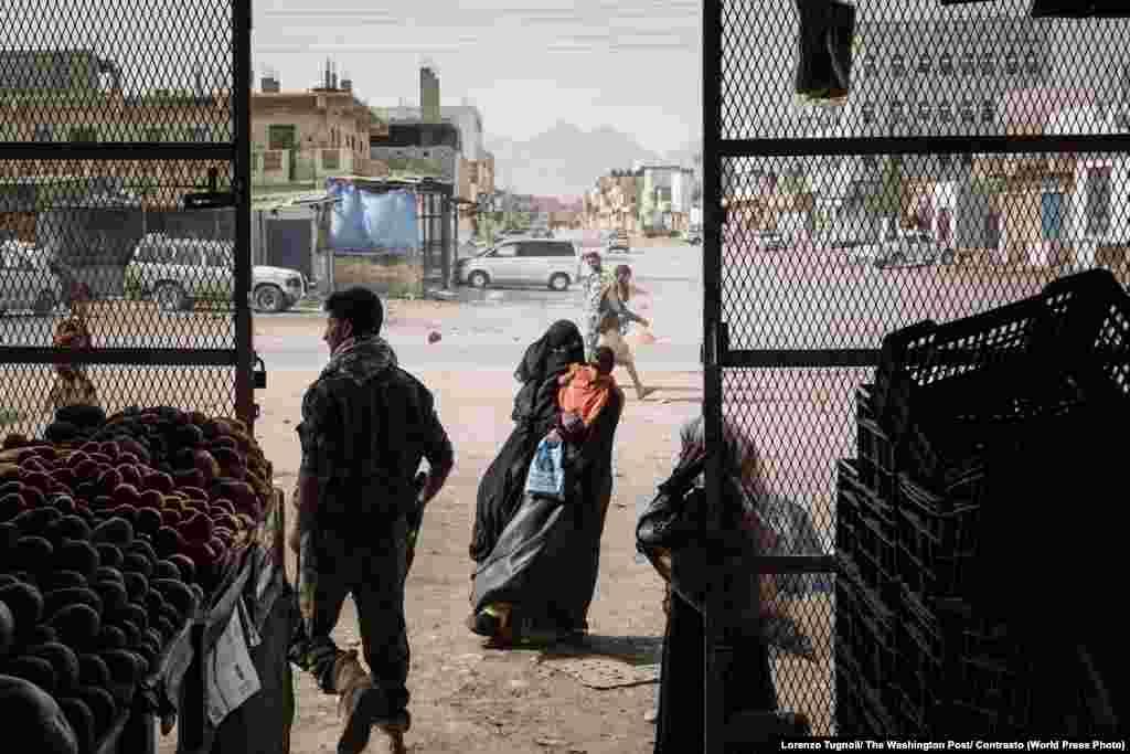 Женщина возле продуктового магазина вдеревне Аззан, Йемен. Деревня находилась под контролем боевиков «Аль-Каиды», район освободили вдекабре 2017года. World Press Photo, «Главные новости», номинация «Истории». Фото Лоренцо Туньоли, The Washington Post