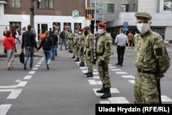 Бойцы внутренних войск перекрыли дорогу около Дома правительства, 15 июля 2020 года