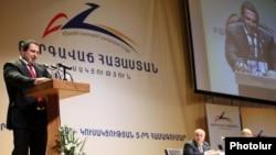 Հայաստան - Գագիկ Ծառուկյանը ելույթ է ունենում «Բարգավաճ Հայաստան» կուսակցության համագումարում, արխիվ