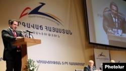 Армения – Лидер партии «Процветающая Армения» Гагик Царукян выступает на съезде партии (архивная фотография)