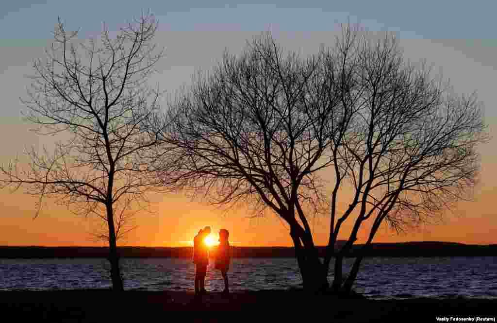 People enjoying the sunset at a lake on the outskirts of Minsk, Belarus. (Reuters/Vasily Fedosenko)