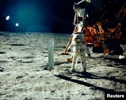 Астронавт Базз Олдрін проводить експеримент із «сонячним вітром» на поверхні Місяця