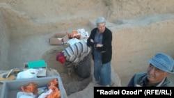 Археологи обнаружили в Фархоре останки двух людей, лежащих в одной могиле