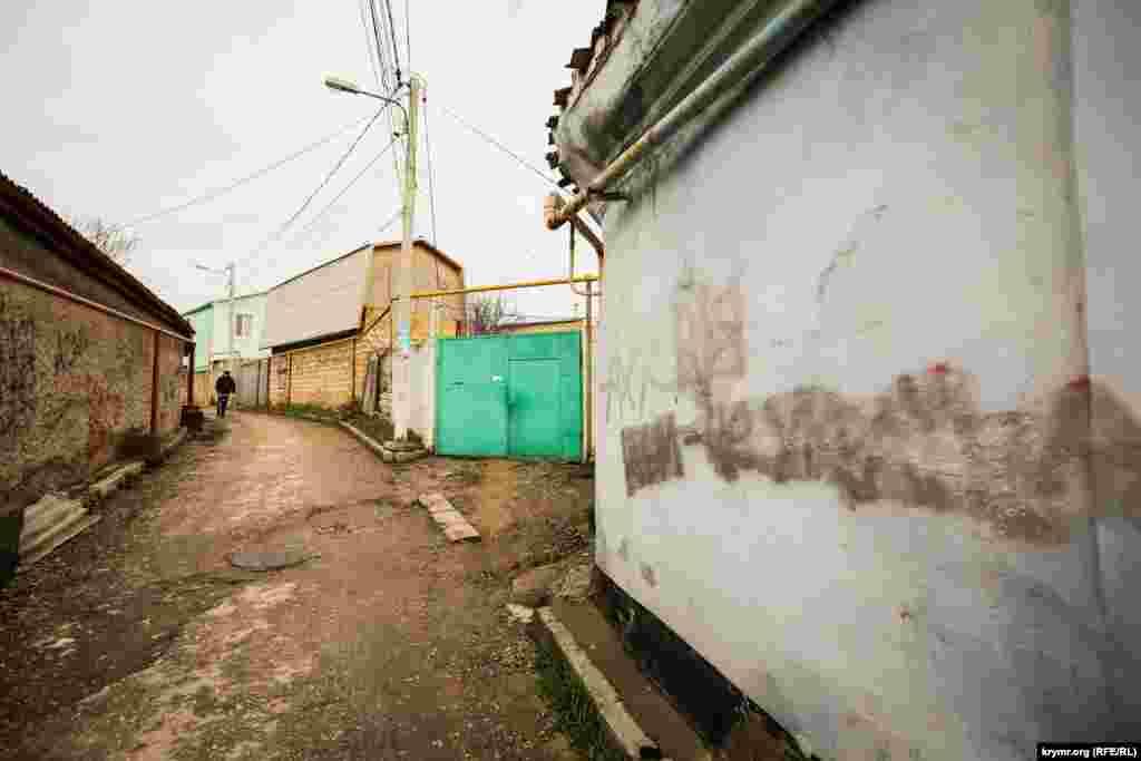 Диварларда Украина яклы язулар буяу белән капланган