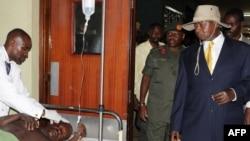 Мусевени (на фото - в шляпе), 12 июля 2010