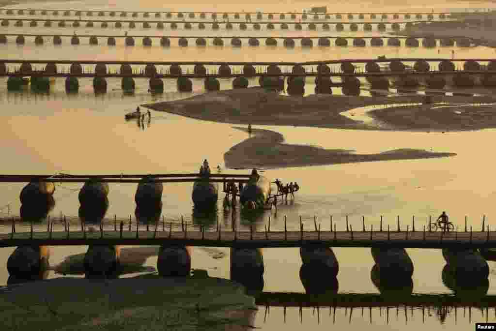 Pod de pontoane pe rîul indian Gange înaintea sărbătorii Kumbh Mela.