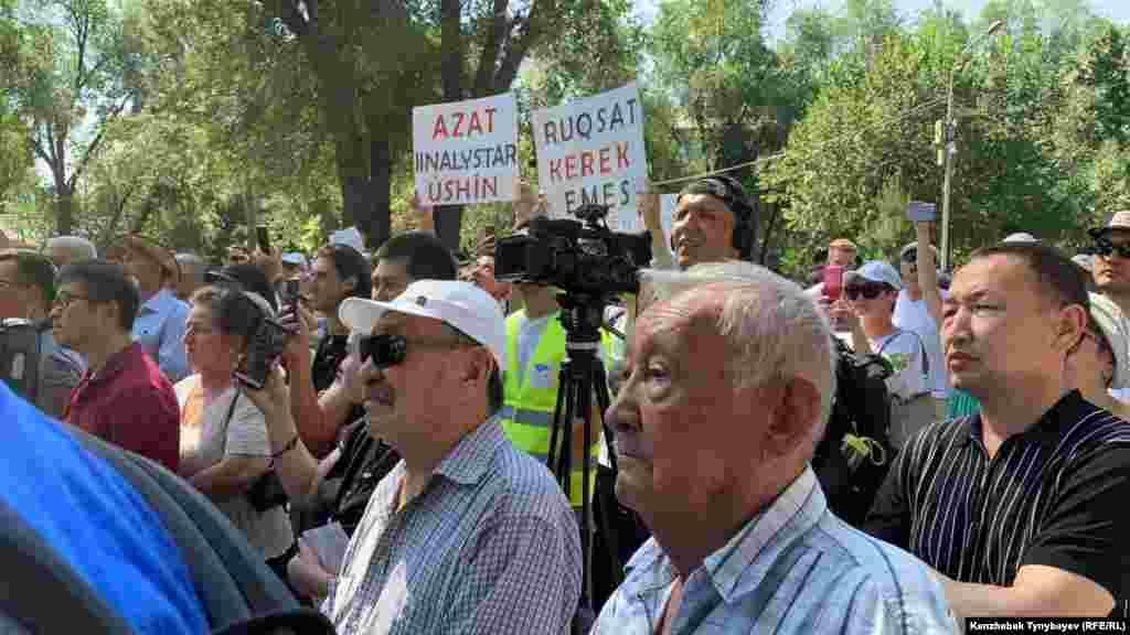 Среди пришедших на митинг были люди разных возрастов.