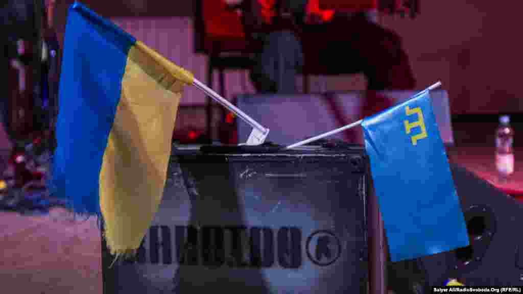 Український прапор та прапор кримських татар на концерті Юрія Андруховича тапольського рок-гурту Karbido