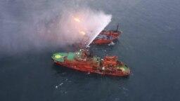 Спасательное судно во время пожарной операции после аварии с участием двух танкеров, которые загорелись у побережья Крыма, 22 января 2019 года