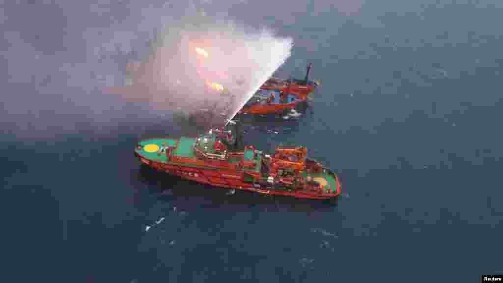 Рятувальне судно під час пожежної операції після аварії за участю двох танкерів, що загорілися біля узбережжя Криму, 22 січня 2019 року БІЛЬШЕ ПРО ЦЕ