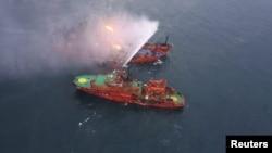 Спасательное судно в Черном море в воремя операции по тушению танкеров MAESTRO и CANDY